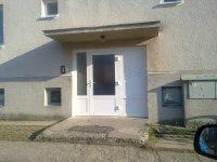 Vchodové dvere so schránkami hliník.Bytový dom Potvorice