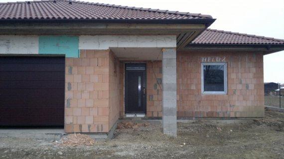 Plastové okná a garážová brána novostavba Potvorice