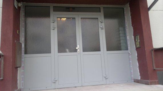 Vchodová stena z hlinikového profilu : Bytovka Brunovce